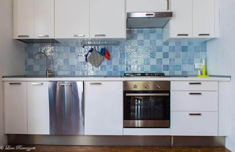 Vista Frontale Cucina Celeste Appartamenti In Affitto A Cala Liberotto In Sardegna Le Case Bianche