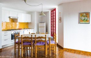 Cucina gialla con tavolo e sedie