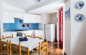 Vista laterale della cucina azzurra
