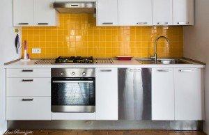 Cucina con mattonelle gialle