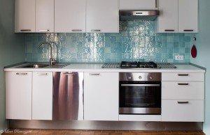 Cucina con mattonelle verde acqua