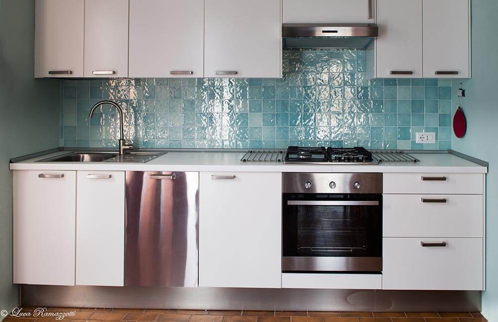 Cucina con mattonelle verde acqua appartamenti in affitto a cala
