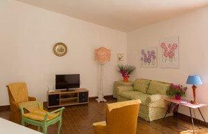 Soggiorno con divani verdi