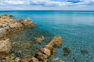 Vista dagli scogli del mare di Cala Liberotto
