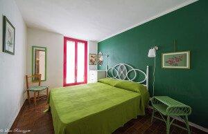 Camera da letto matrimoniale con fantasie verdi