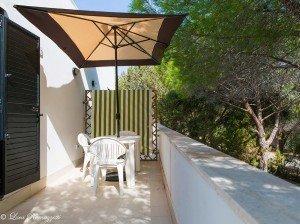 Veranda con ombrellone al primo piano